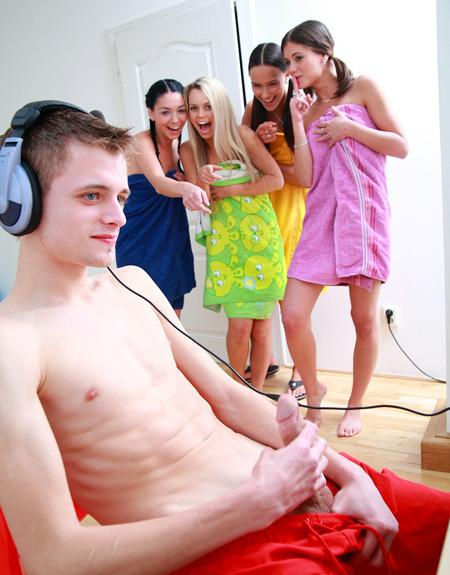 Девушки помогли парню расслабиться